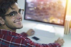 Homme avec le fonctionnement ou l'étude d'ordinateur photo stock