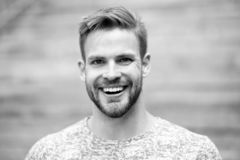 Homme avec le fond defocused de visage non rasé brillant parfait de sourire Expression émotive heureuse de type dehors barbu photos libres de droits