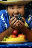 Homme avec le fruit Photo stock