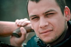 Homme avec le fusil de chasse photographie stock libre de droits
