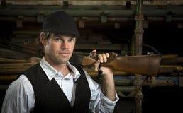 Homme avec le fusil de chasse au-dessus de son épaule Image libre de droits