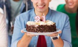 Homme avec le gâteau et les amis à la fête d'anniversaire Image stock