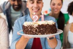 Homme avec le gâteau et les amis à la fête d'anniversaire Images stock
