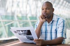Homme avec le journal photos stock