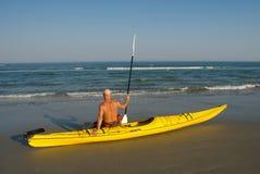 Homme avec le kayak Photos libres de droits