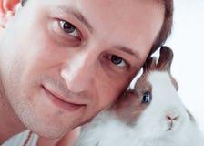 Homme avec le lapin photo stock