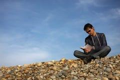 Homme avec le livre Image stock