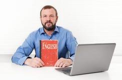 Homme avec le livre anglais Photographie stock