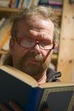 Homme avec le livre dans la vue de face Images libres de droits