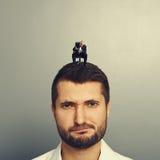 Homme avec le mégaphone criant au grand homme Photographie stock libre de droits