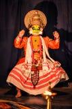 Homme avec le masque coloré au Kerala Photographie stock libre de droits