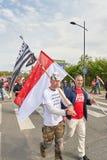 Homme avec le masque et drapeau à la protestation Photographie stock libre de droits