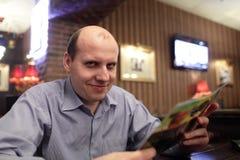 Homme avec le menu Photographie stock