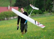 Homme avec le modèle d'aéronefs Images libres de droits