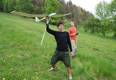 Homme avec le modèle d'aéronefs Photographie stock libre de droits