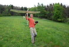 Homme avec le modèle d'aéronefs Image libre de droits