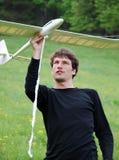 Homme avec le modèle d'aéronefs Photos libres de droits