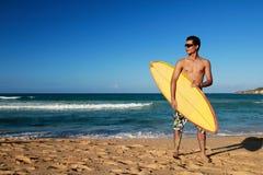Homme avec le panneau de vague déferlante Photos libres de droits
