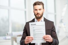 Homme avec le papier de résumé images libres de droits