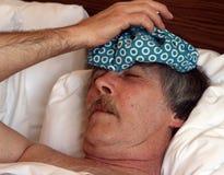 Homme avec le paquet de glace sur la tête Photos libres de droits