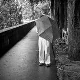 Homme avec le parapluie par jour pluvieux Images stock