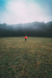 Homme avec le parapluie rouge dans le domaine Photos libres de droits