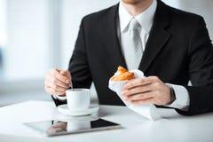 Homme avec le PC de comprimé et la tasse de café Photographie stock