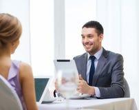 Homme avec le PC de comprimé regardant l'épouse ou l'amie Image stock