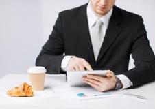 Homme avec le PC de comprimé et la tasse de café Photos libres de droits