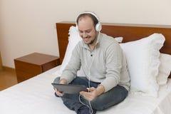 Homme avec le PC de tablette images libres de droits