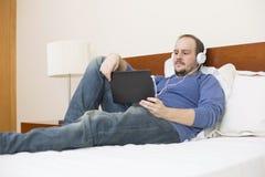 Homme avec le PC de tablette Photographie stock libre de droits