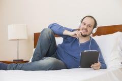 Homme avec le PC de tablette photo libre de droits