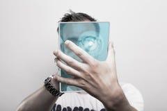 Homme avec le PC en verre de comprimé Photographie stock libre de droits