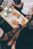 Homme avec le petit déjeuner dans le lit pour l'amie Photos libres de droits