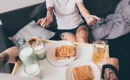 Homme avec le petit déjeuner dans le lit pour l'amie Photo libre de droits