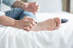 Homme avec le pied d'athl?te images libres de droits