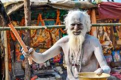 Homme avec le plat et le bâton dans le Bengale-Occidental Photos stock