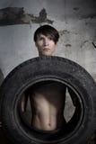 Homme avec le pneu Photographie stock