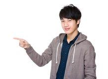 Homme avec le point de doigt  photographie stock