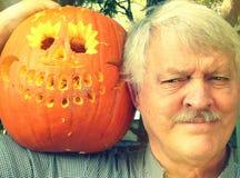 Homme avec le potiron découpé de Halloween Photo libre de droits