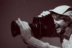 Homme avec le rétro appareil-photo. Photographie stock