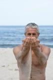 Homme avec le sable dans des mains Photos stock
