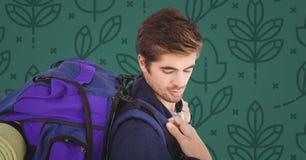 Homme avec le sac à dos contre le modèle vert de nature Image libre de droits