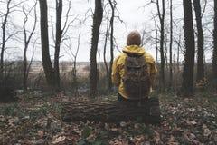 Homme avec le sac à dos dans la forêt sauvage Photos stock