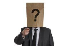 Homme avec le sac de papier avec le point d'interrogation sur son chef se dirigeant dans Photographie stock libre de droits