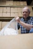 Homme avec le sac des arachides d'emballage Photographie stock
