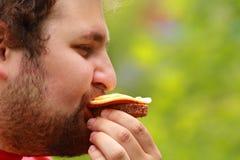 Homme avec le sandwich Photo libre de droits