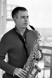 Homme avec le saxophone Images stock
