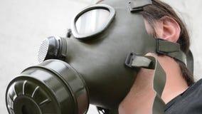 Homme avec le signe d'assentiment de masque de gaz
