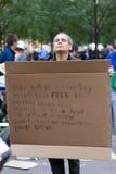 Homme avec le signe de protestation chez Occupy Wall Street Photo stock